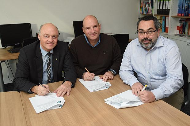 Klaus Geise (Bürgermeister der Stadt Blomberg), Karsten Fahrenkamp (Schulleiter HVG) und Walter Albert (1. Vorsitzende der Luftsportgemeinschaft)