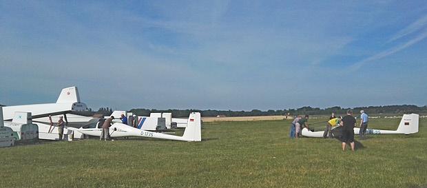 Mitglieder des LSV und der LSG beim Aufrüsten und Aufrüstcheck der Segellfugzeuge (links: DG505 D-1775 Ausbildungsdoppelsitzer LSG, rechts G102 des LSV D-8695
