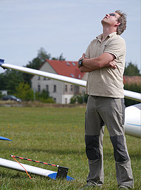 Stefan Koprek bei der Beobachtung eines Fluges von Mirko Mattke