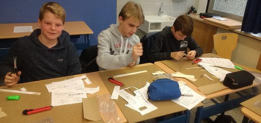 Schüler der Johannes-Gigas-Schulevbauen einen Wurfgleiter