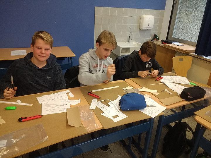 Schüler der Johannes-Gigas-Schule bauen einen Wurfgleiter